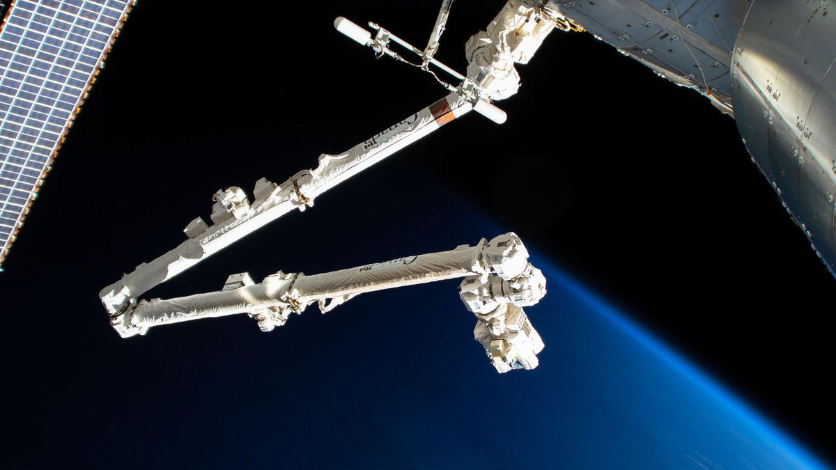 Robotic arms from Canadarm2 ISS occurs impact with orbital debris